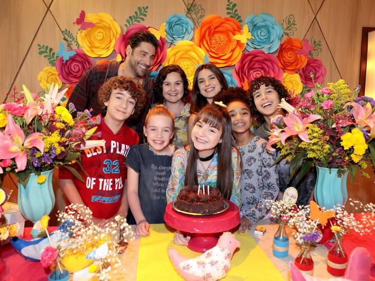 Poliana recebe os amigos em sua festa de aniversário