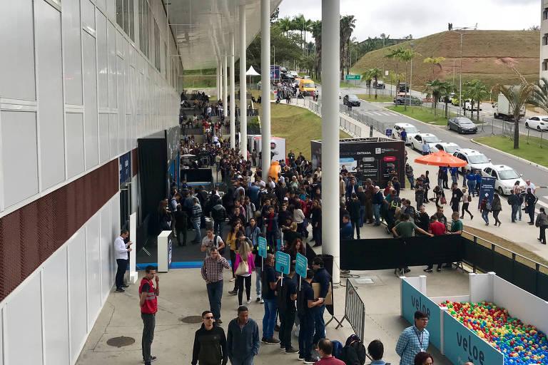 Público faz fila em frente ao São Paulo Expo e aguarda a abertura dos portões do Salão do Automóvel de São Paulo 2018