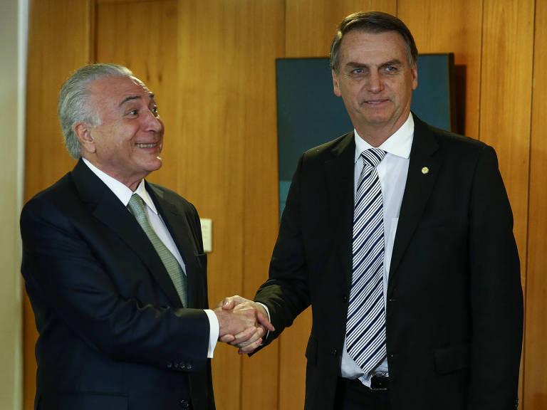 Temer sorri ao apertar a mão de Bolsonaro
