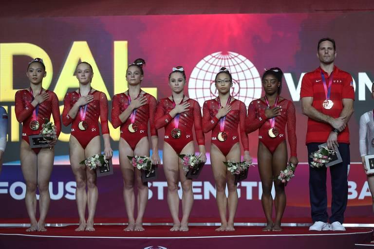 Time feminino dos estados unidos após vencer a medalha de ouro no Mundial de Ginástica Artística de 2018
