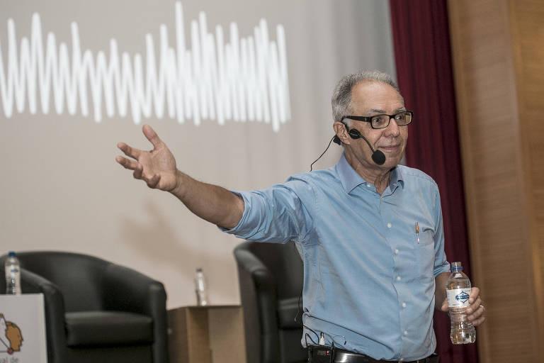 O consultor Ricardo Guimarães, fala com o público durante a palestra