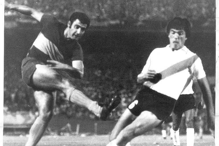 Mastrángelo, do Boca, chuta vigiado por Passarella, do River, na final do Campeonato Argentino de 1976