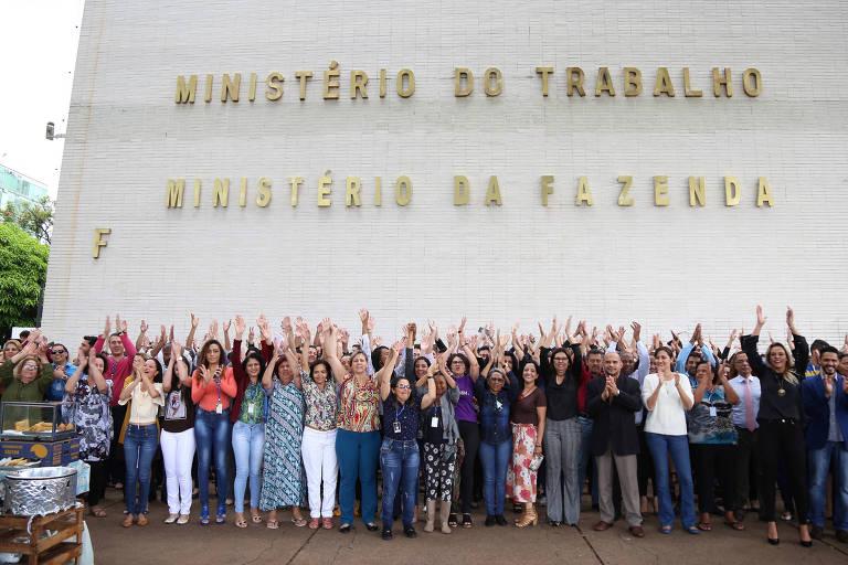 """Servidores terceirizados e apoiadores fazem um """"abraço simbólico"""" no Ministério do Trabalho, em protesto ao anúncio de extinção do Ministério por parte do presidente eleito, Jair Bolsonaro (PSL)"""