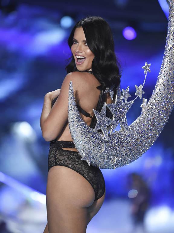 Adriana Lima durante o desfile da Victoria's Secret