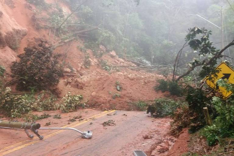 Terra, pedras e postes de energia sobre pista da rodovia dos Tamoios nesta sexta (9)