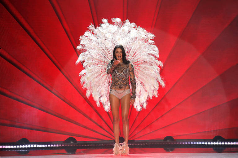 Adriana Lima se despede das asas da Victoria's Secret