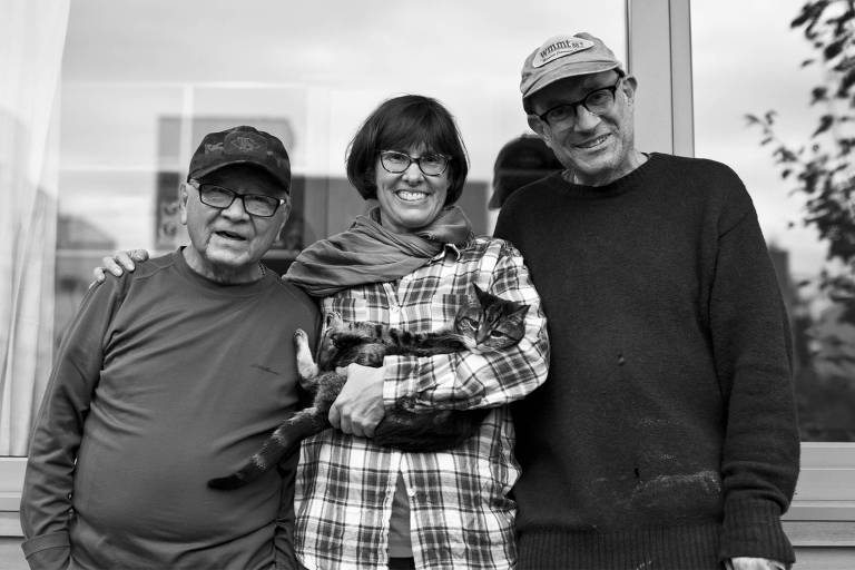Sem-teto por uma década, Bobby Desjarlais (esq.) vive há um ano em uma microcasa no quintal de Kim Sherman e Dan Tenenbaum