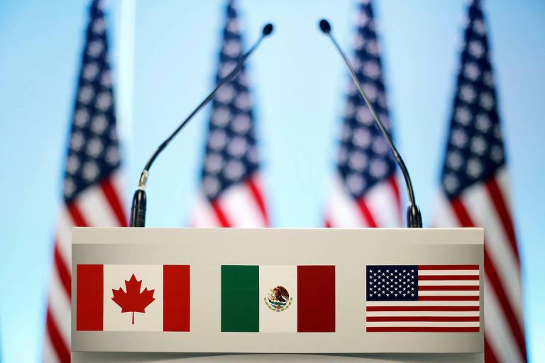 Bandeiras do Canadá, México e Estados Unidos em conferência sobre Nafta na Cidade do México