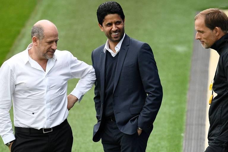 O presidente do PSG, Nasser Al-Khelaifi, conversa com o diretor Antero Henrique e o técnico Thomas Tuchel