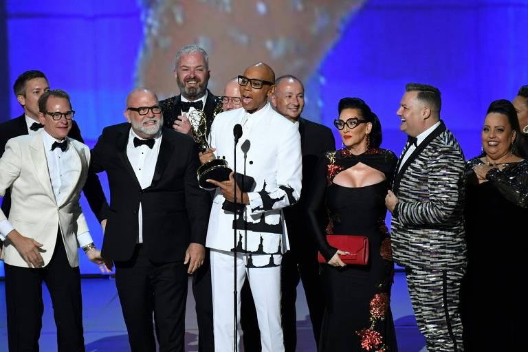 RuPaul e elenco aceitam o Emmy de melhor reality show de competição na 70ª edição da premiação, em 2018