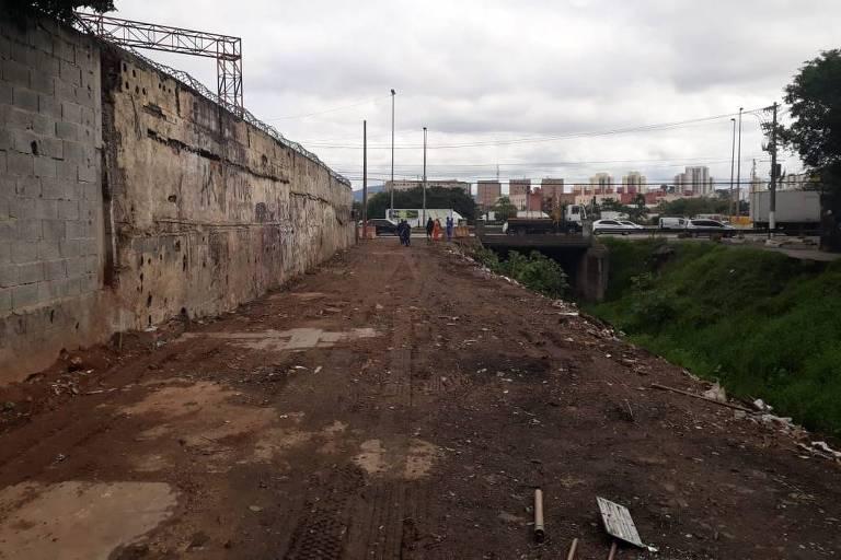Prefeitura limpa margem de córrego da favela do Sapo, em SP