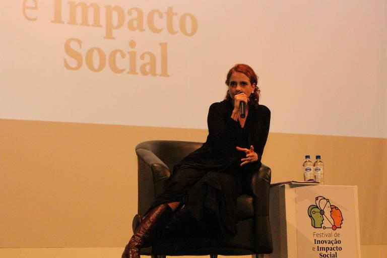 Denise Fraga, sentada, fala na masterclass do Fiis