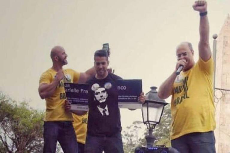 Daniel Silveira (à esquerda), Rodrigo Amorim (ao centro, com a placa quebrada) e Wilson Witzel (à direita) em comício realizado na cidade de Petrópolis (RJ)