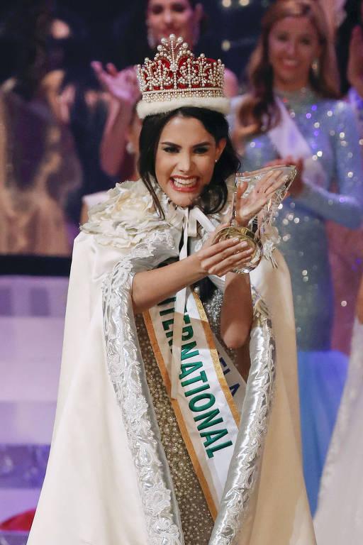 A Miss Venezuela Mariem Claret Velazco Garcia durante a coroação do Miss Brasil Internacional
