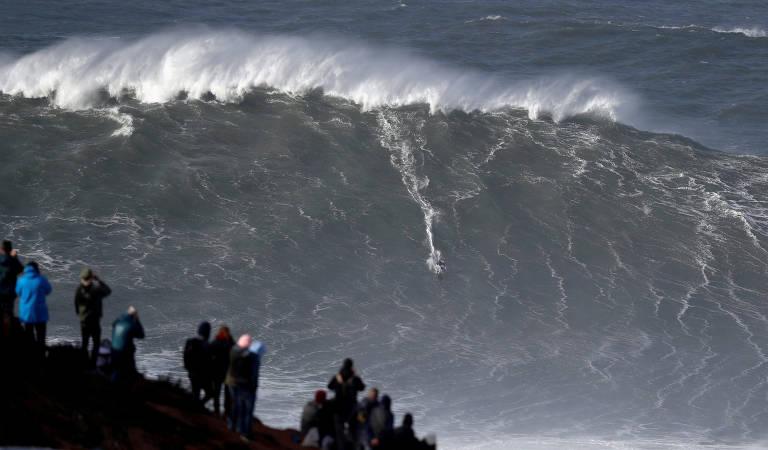 Alemão Sebastian Steudtner surfa onda gigante na praia do Norte, em Nazaré, Portugal