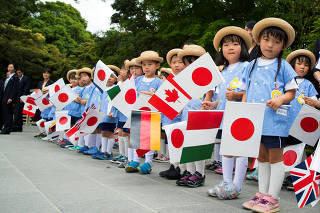 A group of school children wait for the G7 leaders to arrive for their tour of the Ise-Jingu Shrine in Ise, Japan