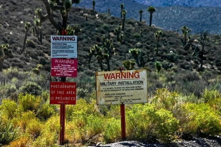 Área 51, Nevada, EUA - Esta base militar remota não aceita visitas de curiosos. Se os turistas tentarem entrar, serão intersectados pelas autoridades. São várias as teorias da conspiração que afirmam que esta instalação da Força Aérea dos Estados Unidos serve para examinar e armazenar naves espaciais alienígenas.