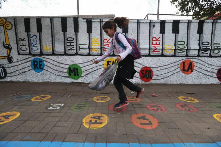 Criança brinca na calçada de projeto