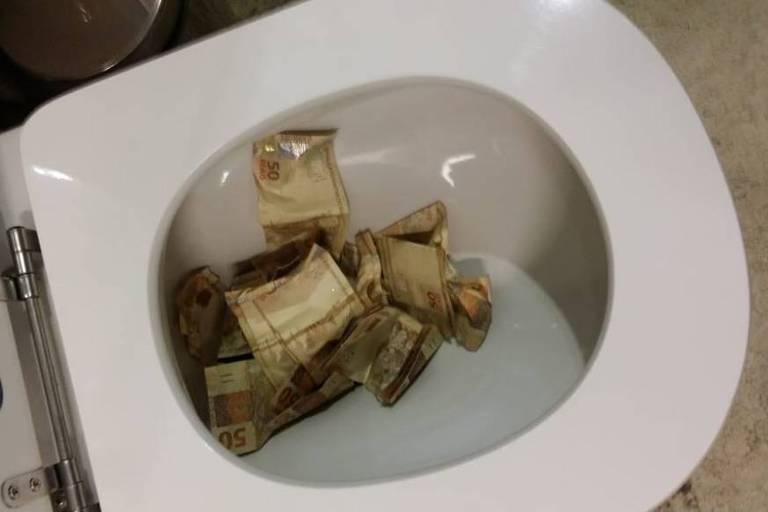 O advogado Mateus de Moura Lima Gomes, cujo escritório participou do esquema de lavagem de dinheiro, chegou a jogar dinheiro no vaso sanitário na tentativa de esconder provas da PF. Ele foi preso na Operação Capitu