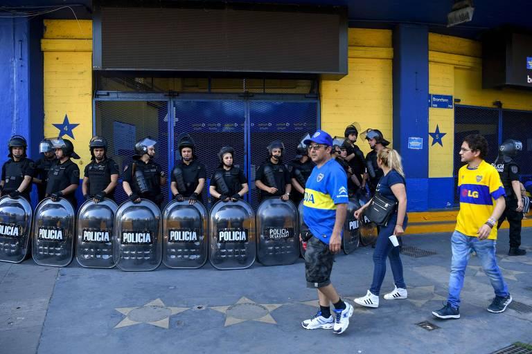 Polícia foi chamada à Bombonera para conter sócios e torcedores insatisfeitos por não conseguirem ingresso para a final da Libertadores