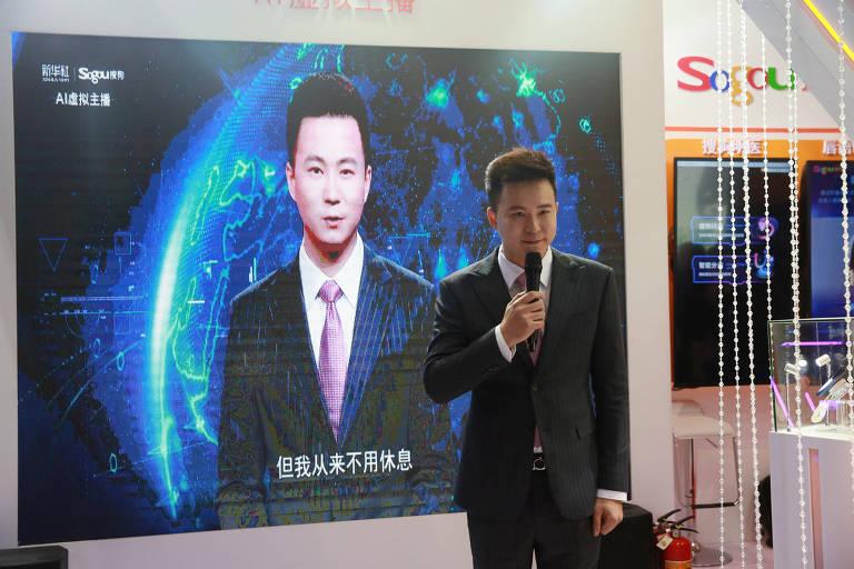 Jornalista da Xinhua, Qiu Hao, ao lado de seu sósia virtual