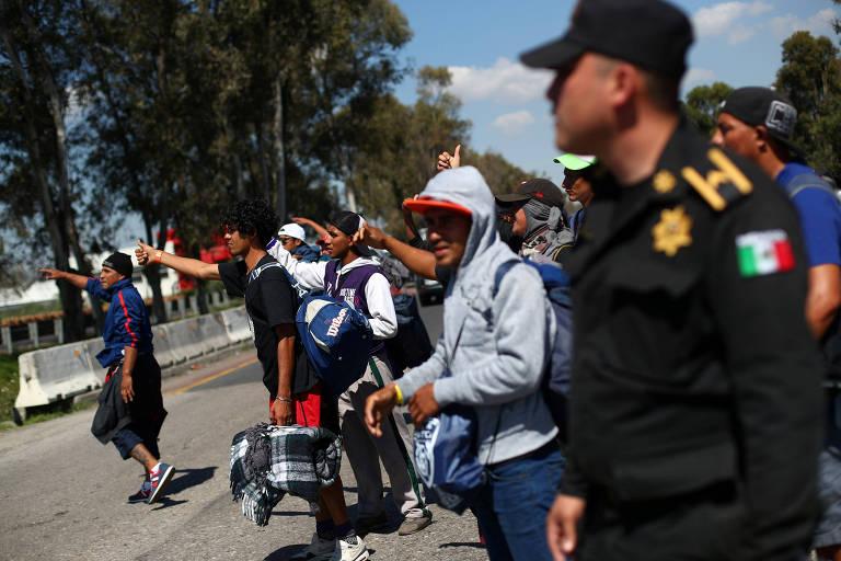 Migrantes centro-americanos que viajam rumo aos EUA tentam pegar carona na Cidade do México