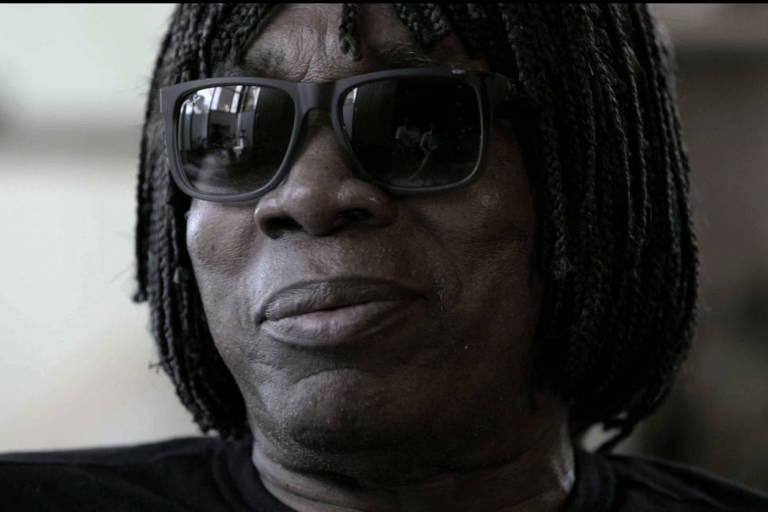 De óculos escuros, cantor Milton Nascimento é flagrado em cena de série sobre ele, exibida pelo canal pago HBO