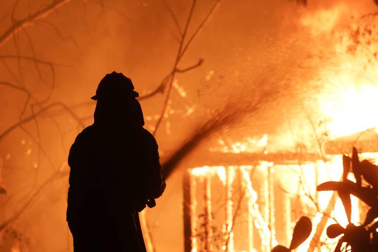 Milhares de pessoas foram evacuados pelas autoridades da região próxima a Malibu, onde centenas de casas e prédios queimaram