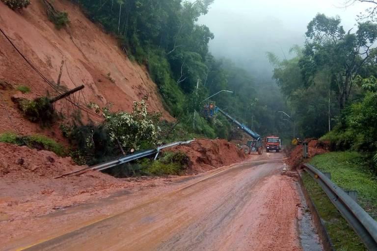 Interditada há 2 dias, estrada do litoral de SP segue sem previsão de liberação
