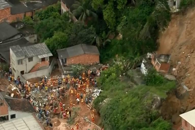 Equipes do corpo da Prefeitura e do Corpo de Bombeiros trabalham no resgate de vítimas de desabamento no Morro da Boa Esperança, em Niterói