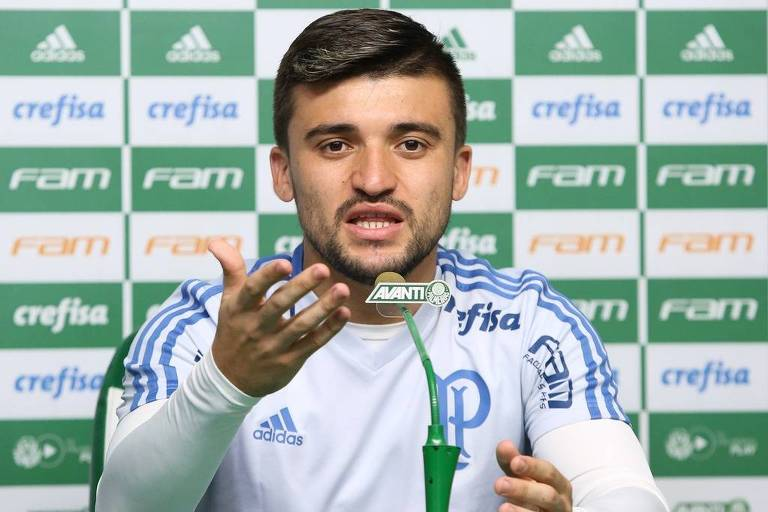 O zagueiro Victor Luis, do Palmeiras, em entrevista no centro de treinamento
