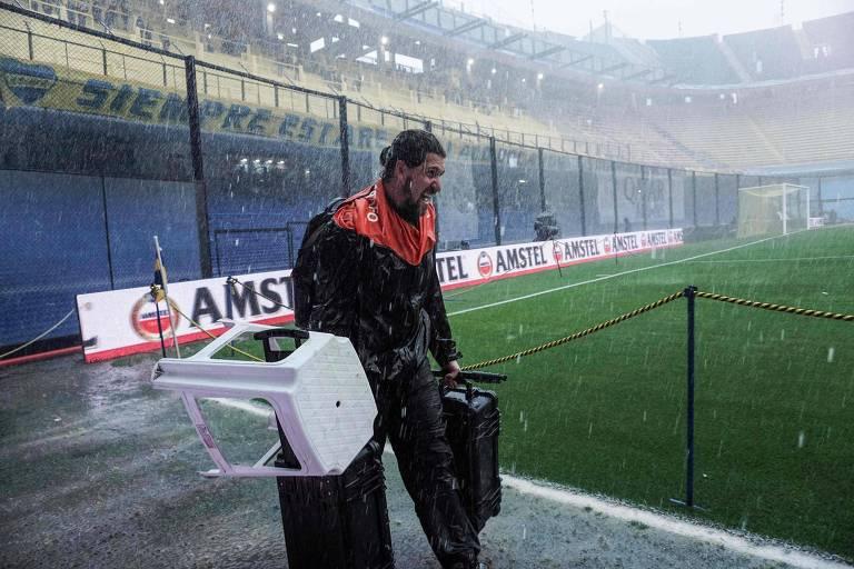 Fotógrafo deixa o gramado de La Bombonera após o aviso de que o jogo havia sido adiado