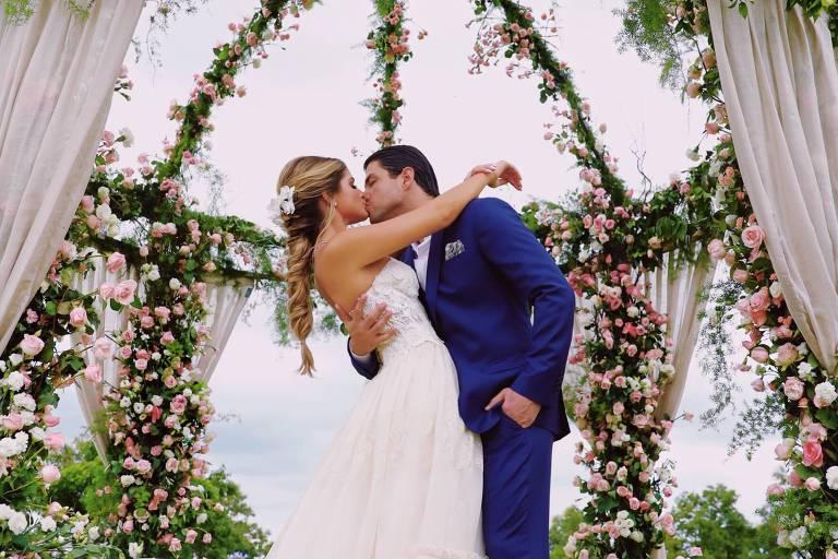 Thássia Naves e Artur Attie ficam noivos no interior de São Paulo