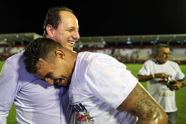 Rogério Ceni abraça jogador do Fortaleza após vitória sobre o Atlético-GO que colocou o time na Série A