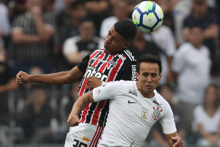 Brenner (do São Paulo) e Jadson (do Corinthians) disputam bola durante partida do Campeonato Brasileiro.