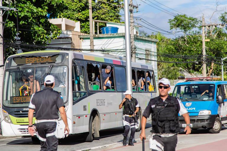 Torcida do Botafogo chega ao Engenhão em ônibus com os vidros quebrados e vigiada por policiais