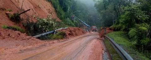 Trecho com deslizamento de terra na rodovia dos Tamoios nesta sexta (9)