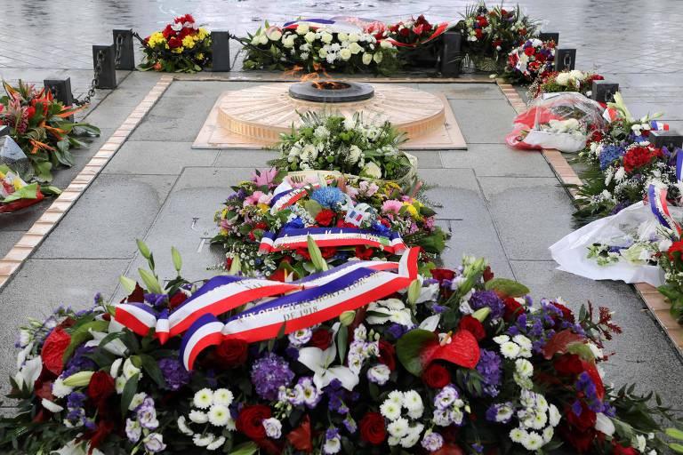 Flores aparecem nas laterais do monumento