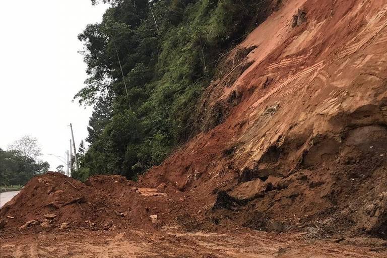 Estrada do litoral de SP continua interditada após 80 horas de bloqueio