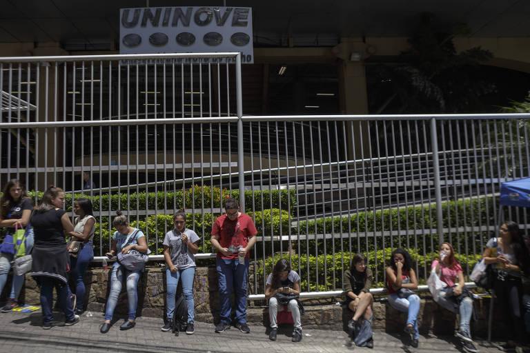Estudantes no portão do Enem