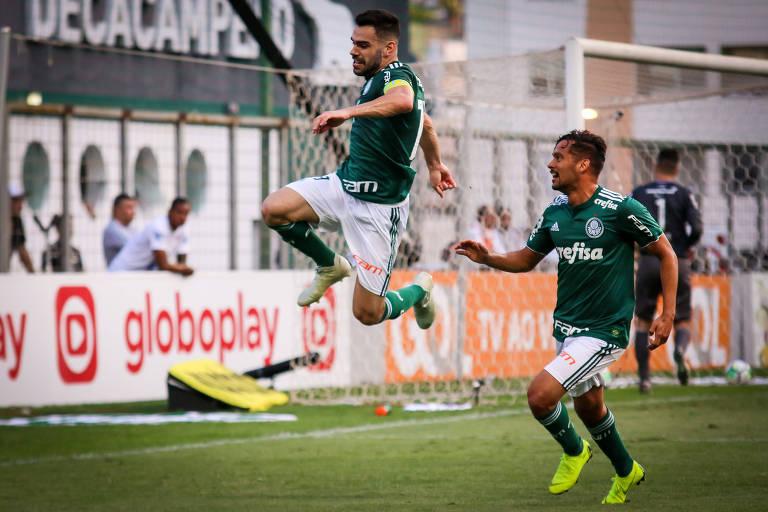 Bruno Henrique comemora gol contra o Atlético-MG, pelo Campeonato Brasileiro, com um salto.