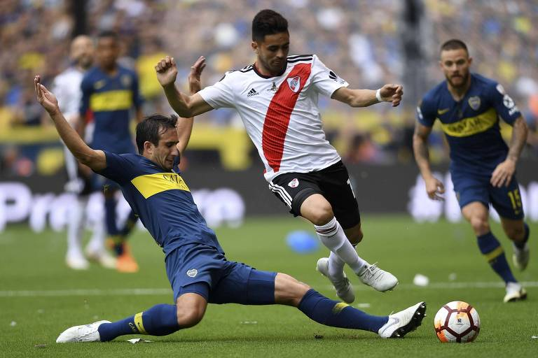Pity Martínez, do River, tenta passar por Izquierdoz durante a primeira final da Libertadores