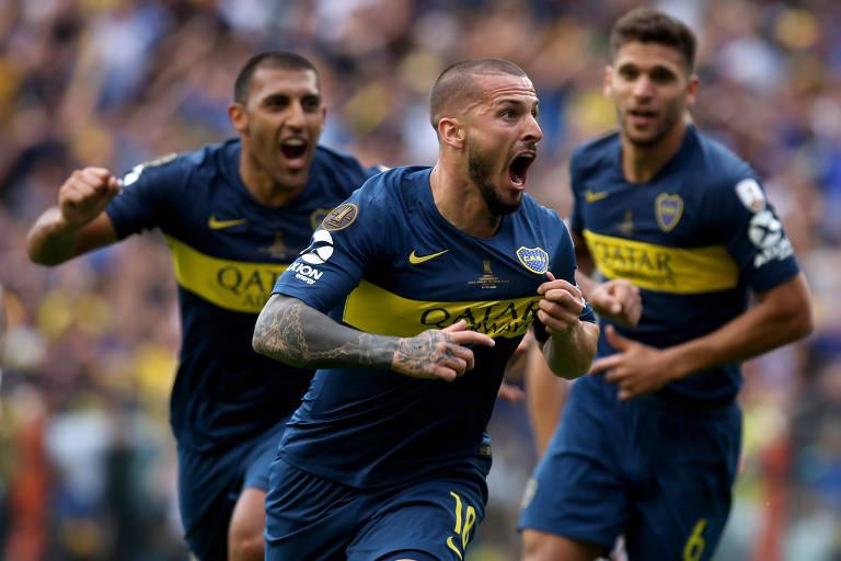 Benedetto corre para comemorar seu gol na final, observado por Ábila e Magallán