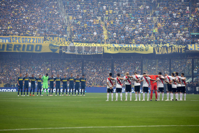 Jogadores de Boca e River perfilados durante um minuto de silêncio antes do início da partida