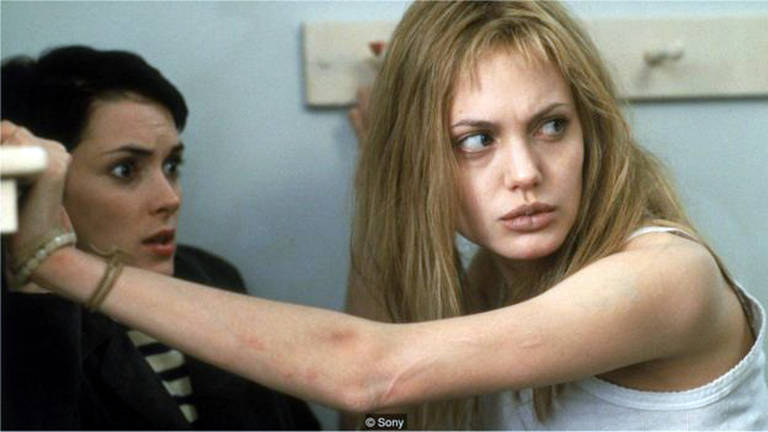 """As atrizes Winona Ryder (à esq.) e Angelina Jolie em cena de """"Garota Interrompida"""""""