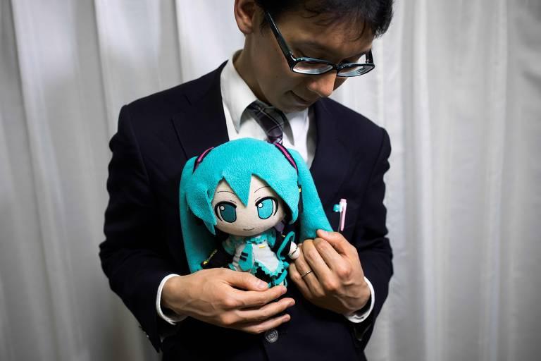 Homem se casa com anime holográfico