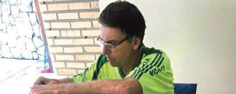 Jair Bolsonaro come pão, sem prato, em sua casa no Rio ORG XMIT: LOCAL1811071538341084