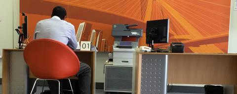 SÃO PAULO, SP, BRASIL, 12-11-2014: Agência bancária do Itaú, que adotou modelo de sem caixa, na avenida  Duque de Caxias, em São Paulo (SP). O Itaú, o Bradesco e o Santander abriram um novo tipo de  agência bancária, só com caixas eletrônicos e com gerente de conta. Essas agências não tem xaixa e não aceitam pagamento de contas de consumo e não lidam com dinheiro. (Foto: Edilson Dantas/Folhapress)