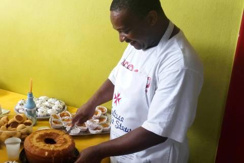 Auxiliar de limpeza Márcio Ferreira de Lima, 40, ensina a fazer bolos na zona norte de São Paulo