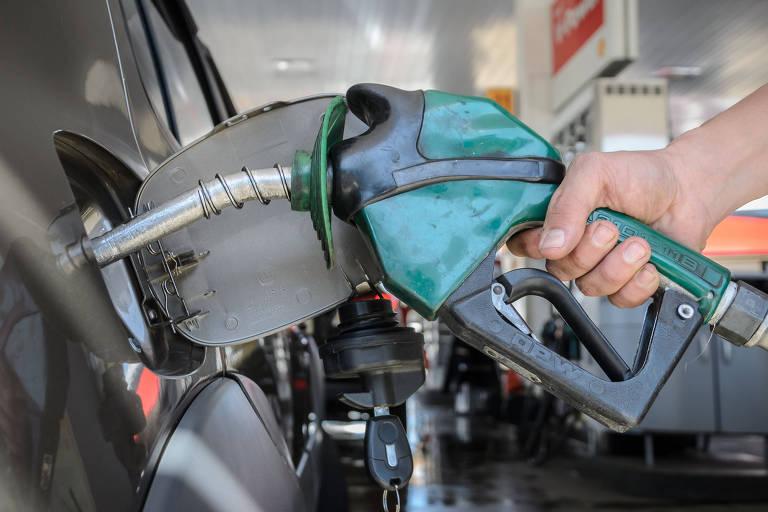 Frentista abastece veículo em posto de combustível com preços reajustados no município de Franca (SP)